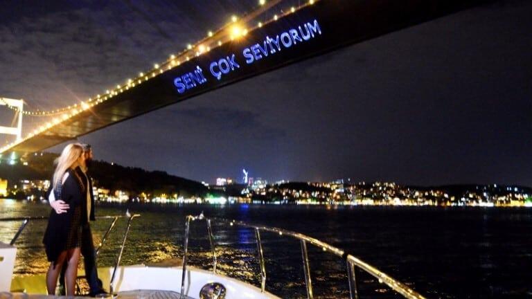 الكتابة بالليزر على جسر البوسفور