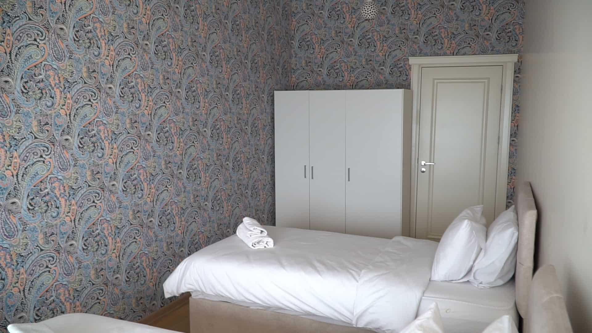 الغرفة الاولى شقة 3 غرف وصالون للايجار في مول فينيسيا