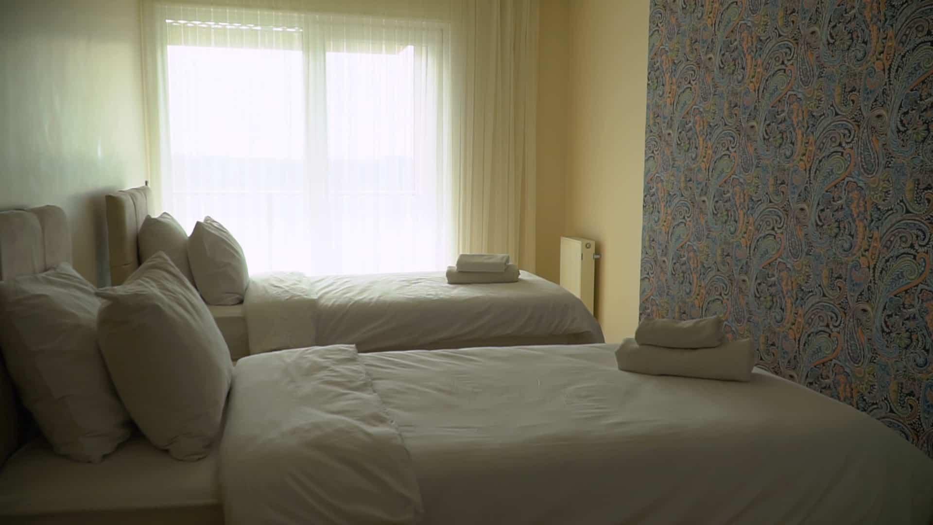 غرفة الثانية شقة 3 غرف وصالون للايجار في مول فينيسيا