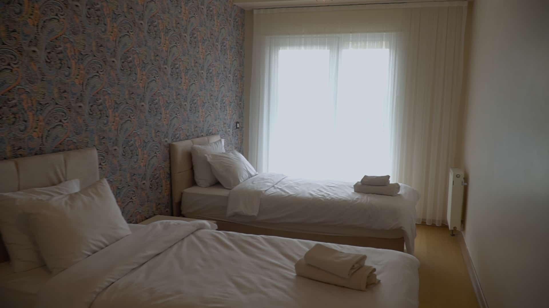 غرفة من سريرين شقة 3 غرف وصالون للايجار في مول فينيسيا