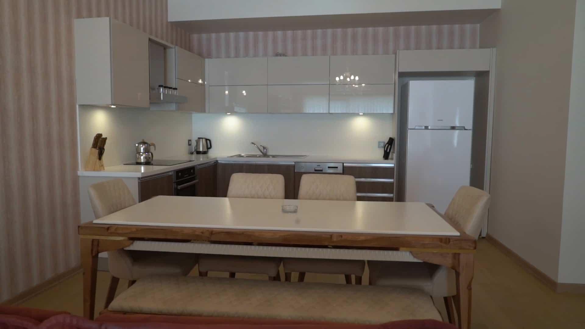 مطبخ شقة 3 غرف وصالون للايجار في مول فينيسيا