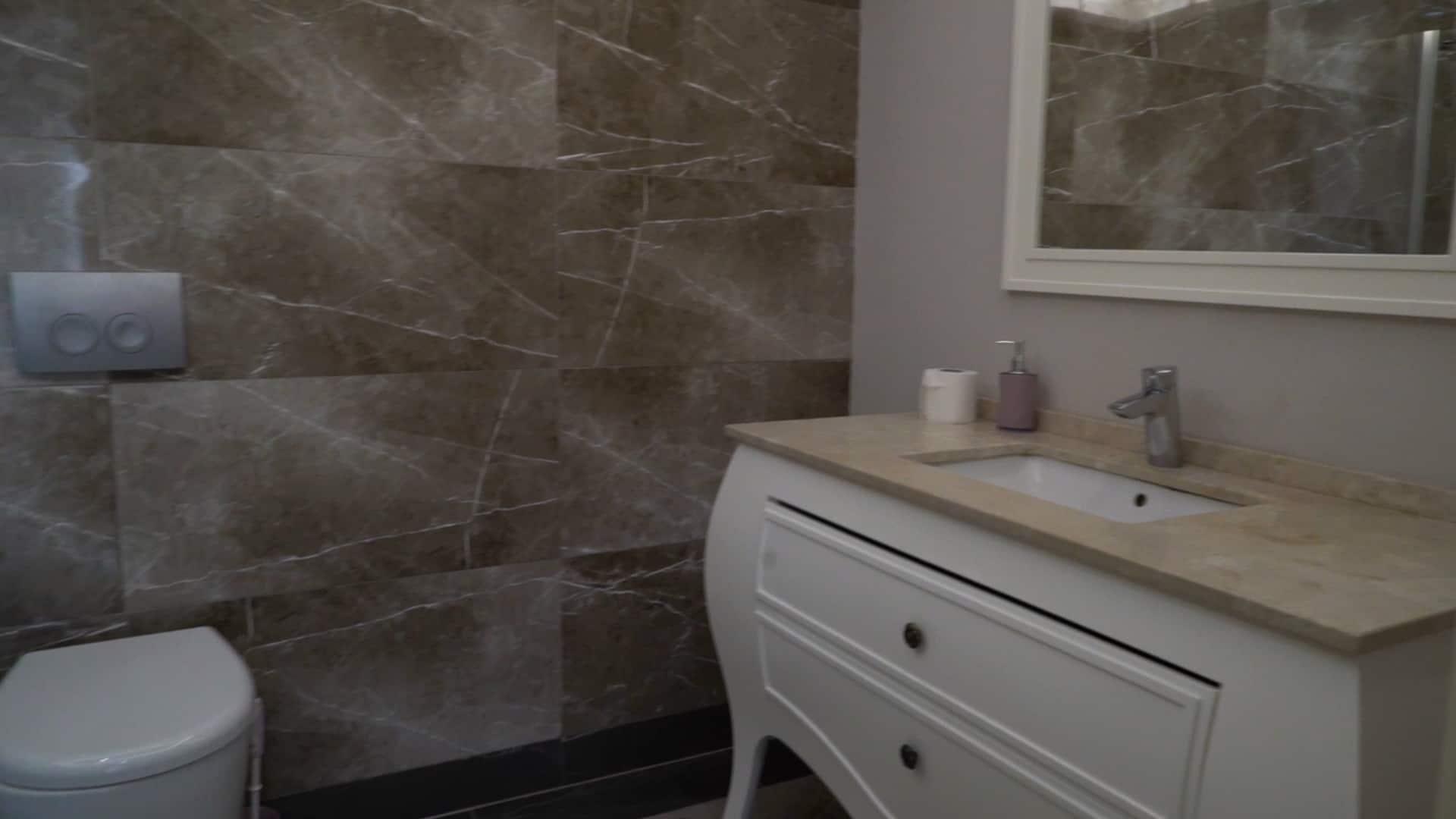 حمام شقة 3 غرف وصالون للايجار في مول فينيسيا