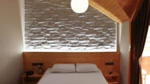 غرفة صغيرة في كوخ لشخصين