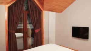 نافذة او شرفة مع الكوخ