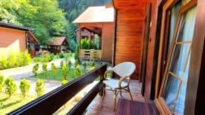 شرفة او جلسة على طرف كوخ