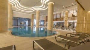 مسبح راقي في فندق خمس نجوم