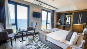 غرفة مزدوجة بتصميم راقي ومطلة على البحر