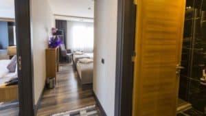 غرفتين متصلة بباب وحمام
