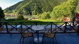 طاولة وكرسيين مع اطلالة على طبيعة وبحيرة