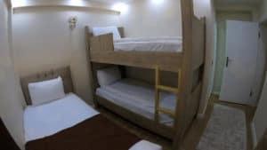 سريرين فوق بعض وسرير مفرد