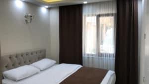 سرير في غرفة مع ستائر