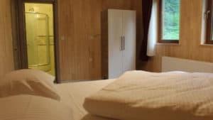 سرير مع نافذة وحمام بالغرفة