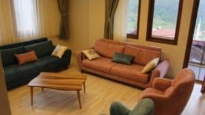 غرفة جلوس واسعة مع 3 كنبات