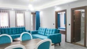 صالة واسعة مع نوافذ وكنبات وطاولة سفرة