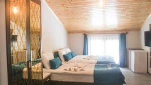 غرفة بتهوية ممتازة مع سرير مزدوج وسرير فردي