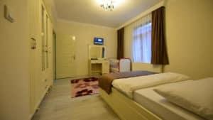 غرفة نوم مع سرير ونافذة وستائر