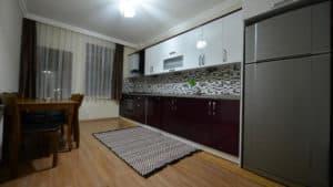 مطبخ واسع مع ثلاجة وطاولة سفرة