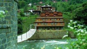 جسر فوق نهر مؤدي على فندق خشبي في ايدر