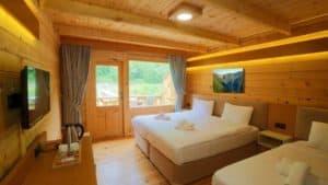 غرفة خشبية مطلة على البطيعة