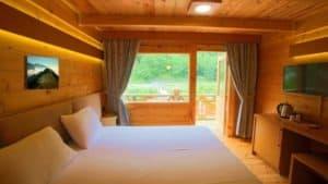 غرفة خشبية بشرفة كبيرة على الطبيعة