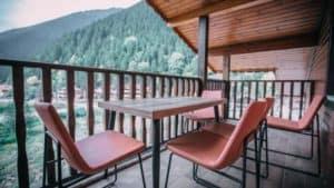 شرفة رائعة مطلة على الطبيعة ومع طاولة وكراسي