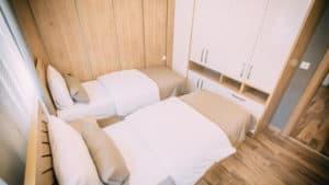 سريرين مفردين مع خزانة بمساحة صغيرة