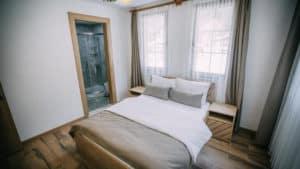 سرير مزدوج بديكور خشبي مع ستائر