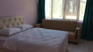 سرير مزدوج مع نافدة