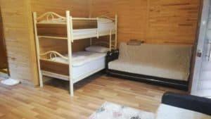 سريرين فوق بعض وكنبة
