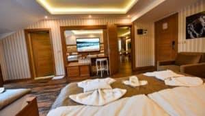 سرير لشخصين مع شاشة وديكور خشيبي