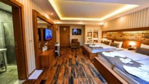 غرفة نوم كبيرة مع اسرة