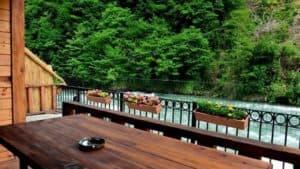 طاولة وجلسة على النهر اكواخ توفا ايدر