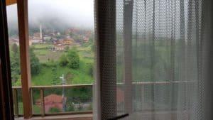 نافذة مطلة على اماكن طبيعية