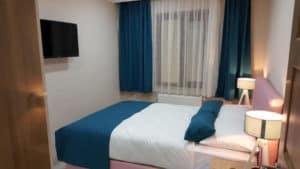 سرير مزدوج مع شاشة وستائر