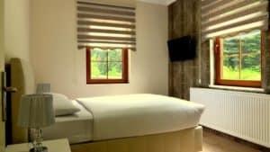 سرير مع نوافذ مطلة على الطبيعة