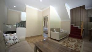 صالة صغيرة مع مطبخ زاوية