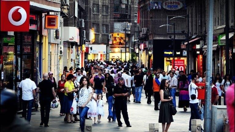 سوق مليئ في الناس السوق الطويل في طرابزون