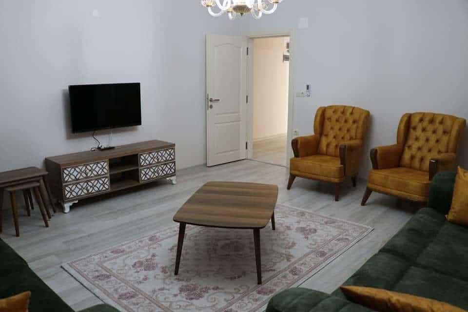 غرفة جلوس مع سجادة وطاولة