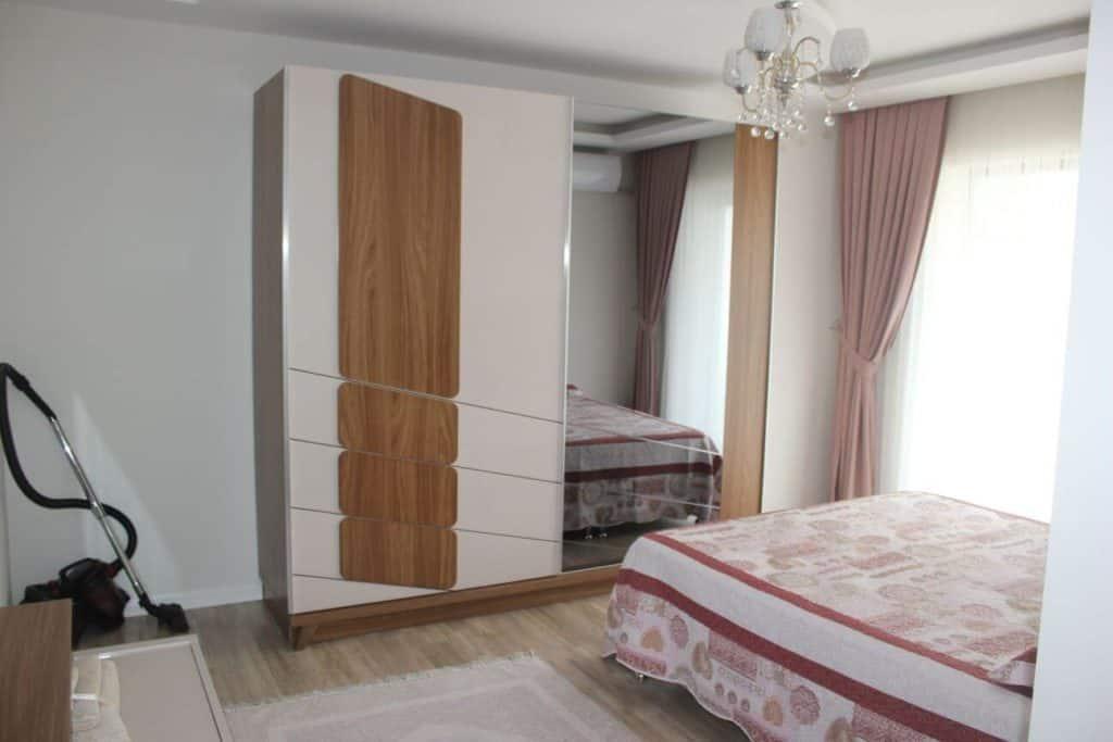 غرفة مع سرير مزدوج وغزانة