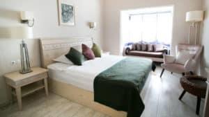 سرير مزدوج مع كنبة وكوميدين