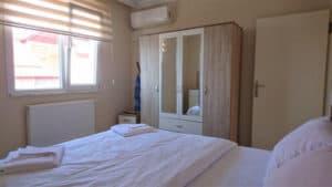 سرير وخزانة ملابس وتكييف