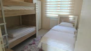 سرير طابقي وسرير مفرد وستائر