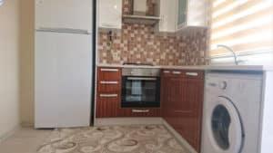 مطبخ صغير مع غسالة وثلاجة