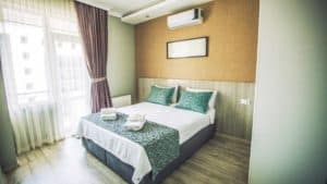 سرير مزدوج مع تكيف ونافذة بستائر