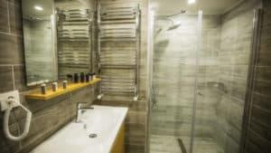 حمام فاخر مع مغسلة