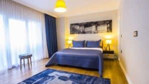 سرير مزدوج مع اضاءة ولوحة وستائر