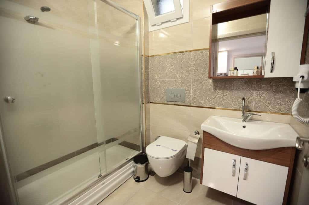 حمام مع تواليت ومغسلة ودوش