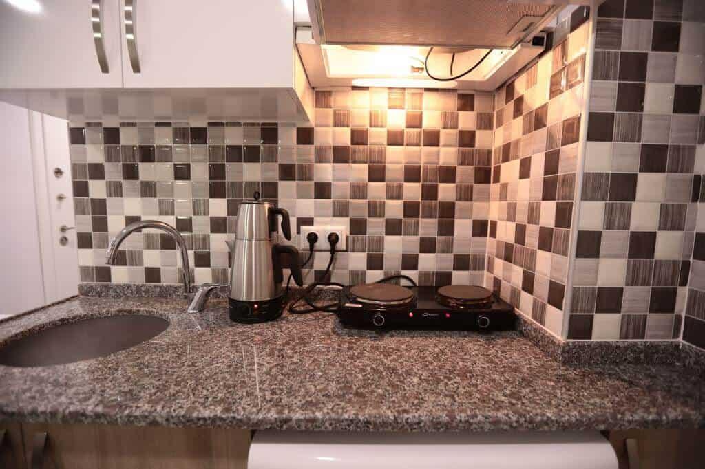 مطبخ صغير مع فرن وغلاية شاي
