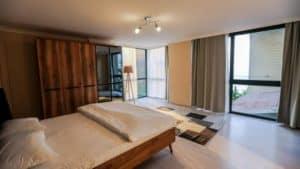سرير مزدوج في تصميم غرفة خشبي
