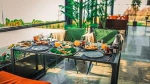 طاولة طعام فاخرة في شرفة على البحر